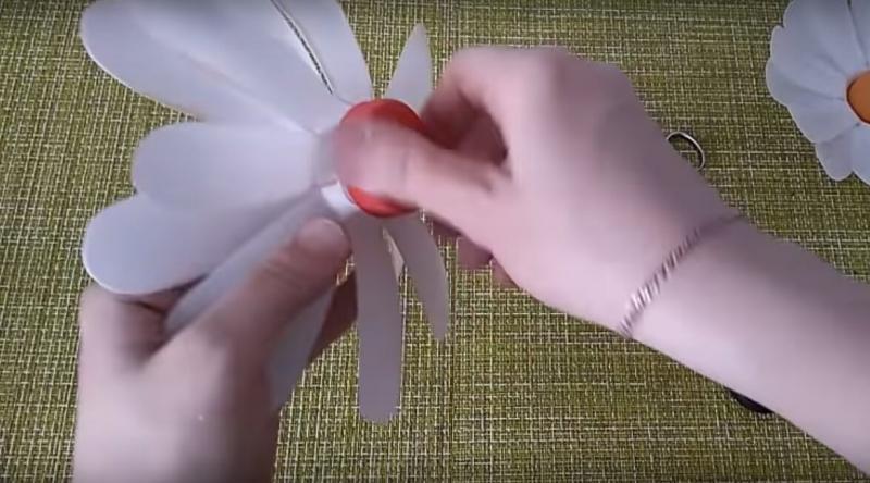 Делаем декоративные ромашки из пластиковых бутылок