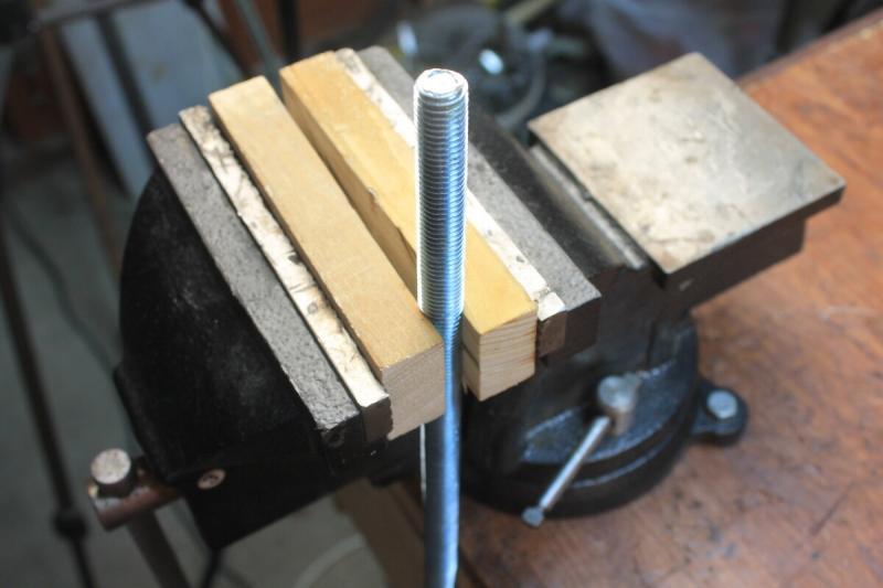 Как просверлить метровую шпильку или обычный болт строго по центру обычным шуруповертом