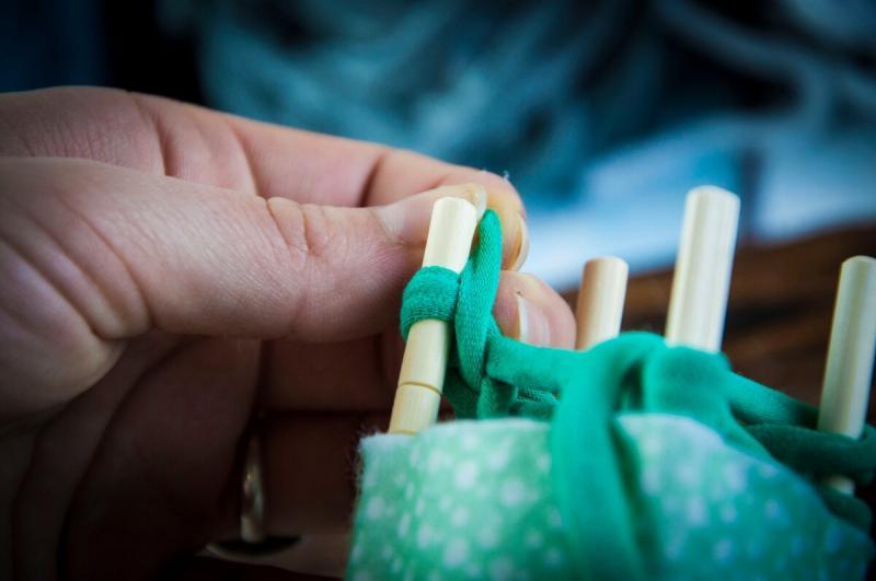 Втулка от бумаги или клеевой ролик + палочки для суши. Делаем мини-станок для необычного вязания