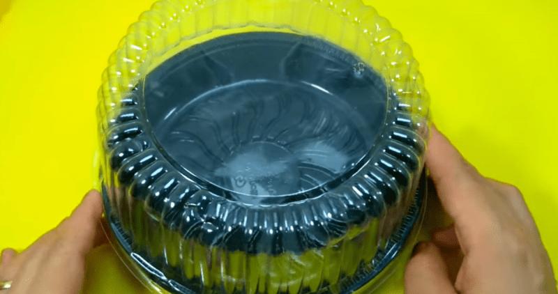 Берем пластиковую упаковку из-под торта, остатки кружева и делаем полезную вещь для дачи