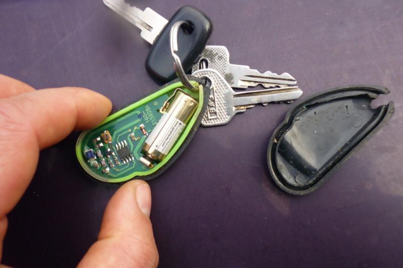 Как открыть и завести автомобиль, если села батарейка в брелке сигнализации. Простой способ.