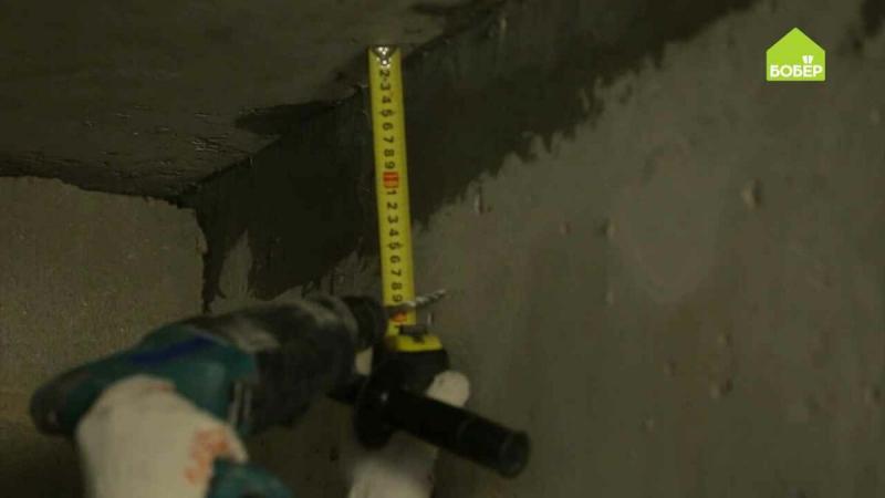 Монтируем электрический кабель: заводим в гофротрубу и крепим к стене