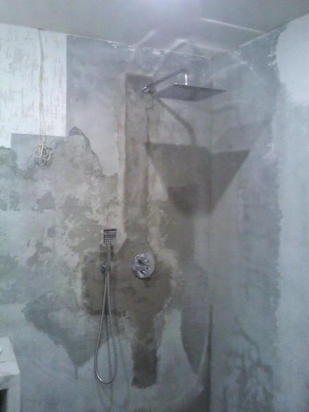 Муж делал душевую в санузле и выложил пол не плиткой, а камнями, получилось оригинально