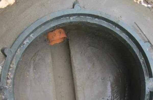 Не повторяйте чужих ошибок - как врезать трубу в канализационную яму правильно