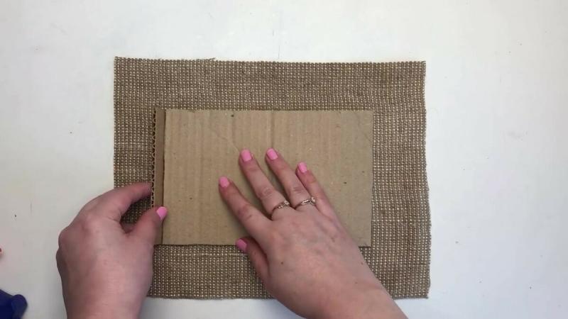 Простая идея из картона и мешковины.
