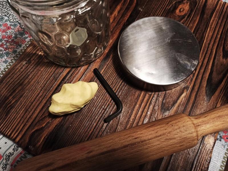 Сын взял банку, ключ шестигранник, скалку и полимерную глину. Сам сделал оригинальный медовый подарок для бабушки