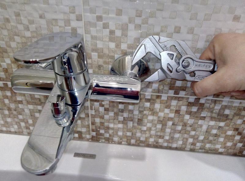 Универсальный переставной ключ для сантехнических работ: