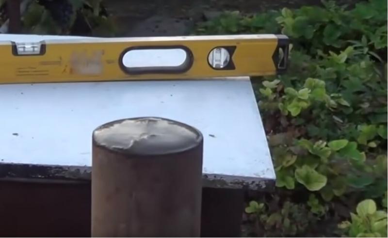 Устанавливаем столб для забора на даче