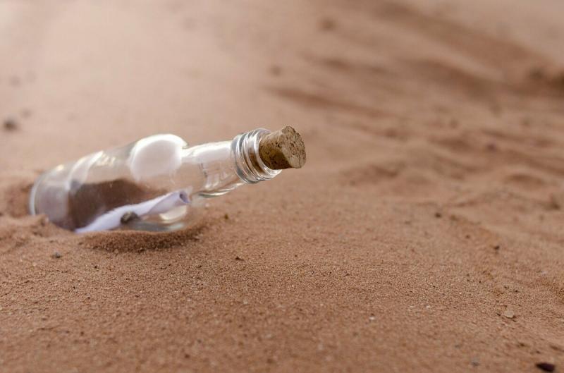 Как я из стеклянной бутылки и простой тарелки сделала две поделки. Посмотрите, какие красивые работы получились.