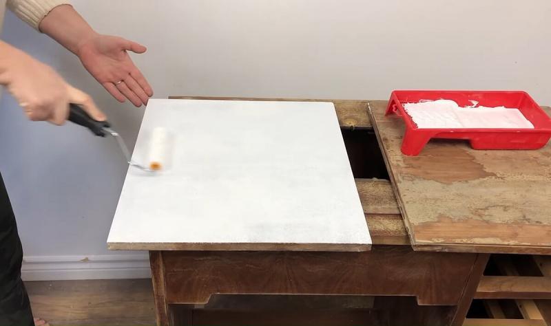 Нашел на свалке старый швейный стол. Забрал его, отреставрировал и получилась шикарная парта для дочери. Показываю фото