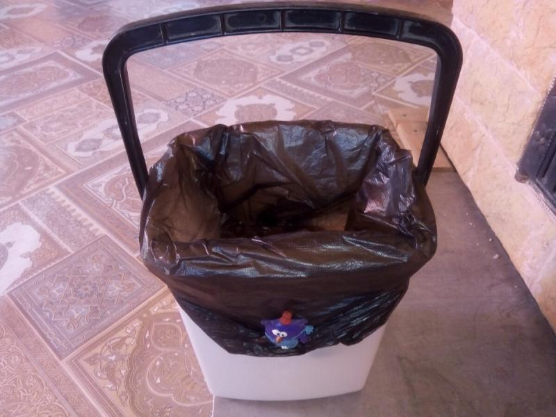 Показываю, как я усовершенствовал мусорное ведро с помощью двух крышек от пивных бутылок