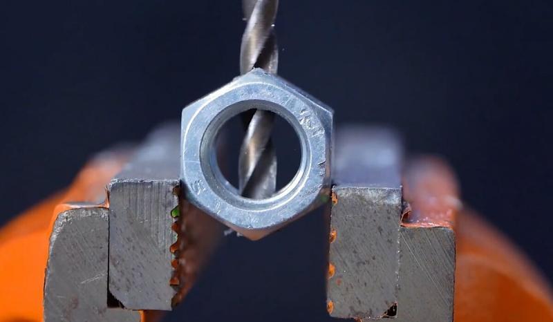 Полезное устройство, с помощью которого можно практически идеально заточить любое сверло