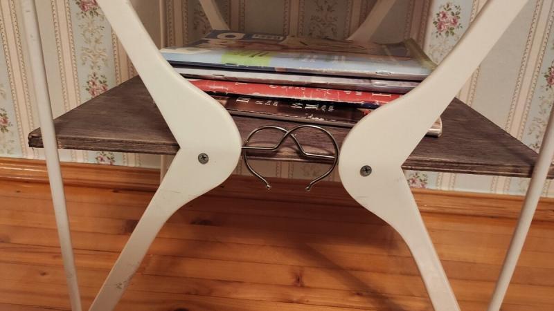 Взяла 4 вешалки, кусок фанеры и смастерила себе журнальный столик. Результат выше всяких похвал