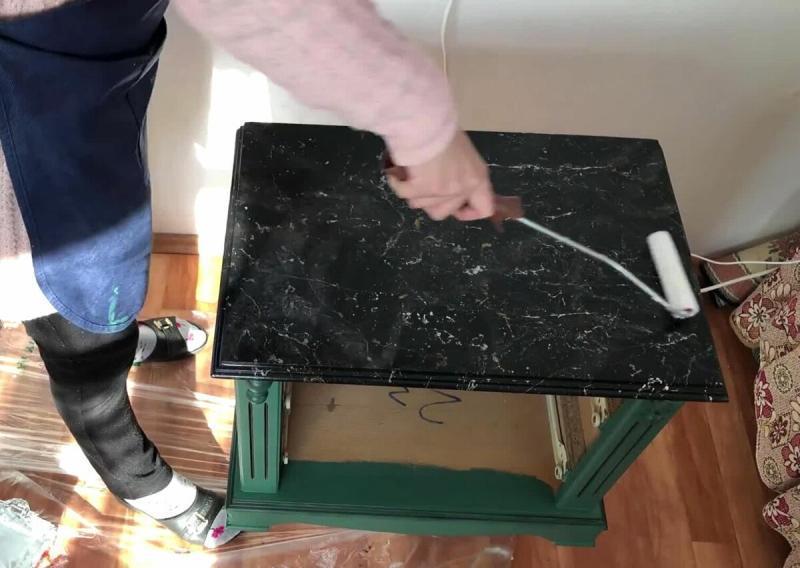 Женщина решила не выбрасывать старый бабушкин комод, а переделала его в шикарный с эффектом мрамора ✨✨✨