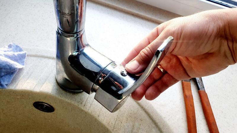 Сантехник показывает как легко отремонтировать смеситель, заменив картридж