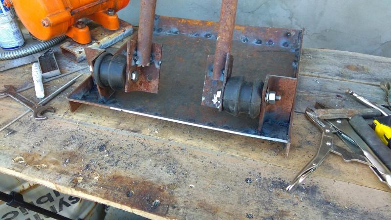 Сделал самоделку из металолома, амортизатора и двигателя, для песчаной подушки. Показываю свою виброплиту.