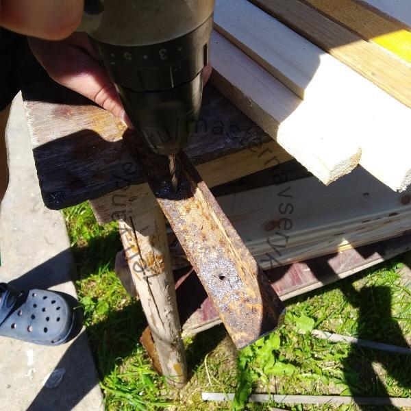 После ремонта остались обрезки вагонки, решил применить их с пользой на даче и сделал своими руками простой заборчик.