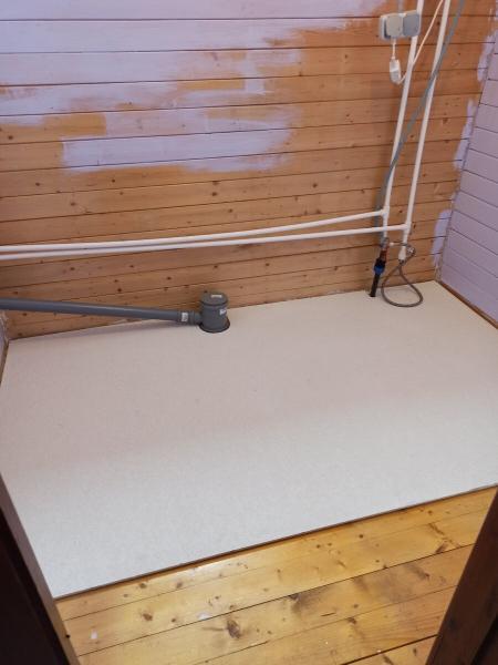 Душевая комната на даче своими руками. Постелил на пол самоклеющуюся ПВХ плитку. Рассказываю свой опыт.