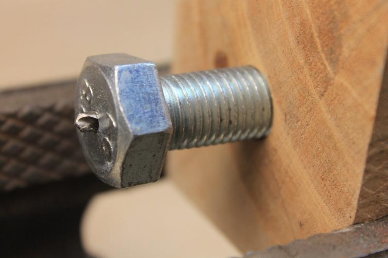 Как сделать продольное отверстие в болте, шпильке или прутке строго по центру, хитрый совет