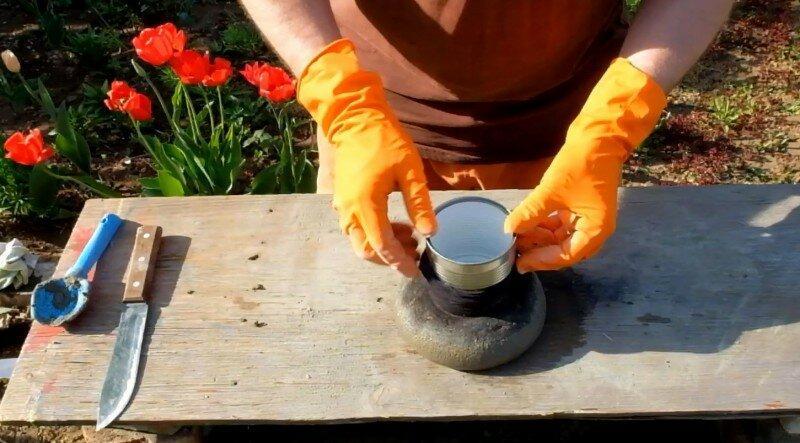 Не выбрасывайте старые колготки! 10 шикарных идей цветочных горшков из колготок и консервных банок
