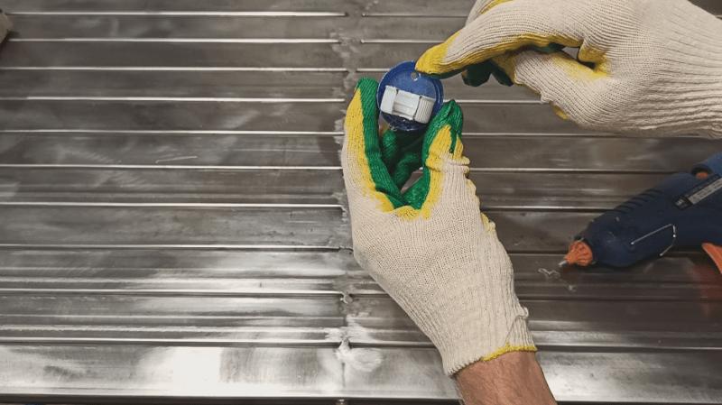 Нестандартное применение пластиковых крышек для мастерской
