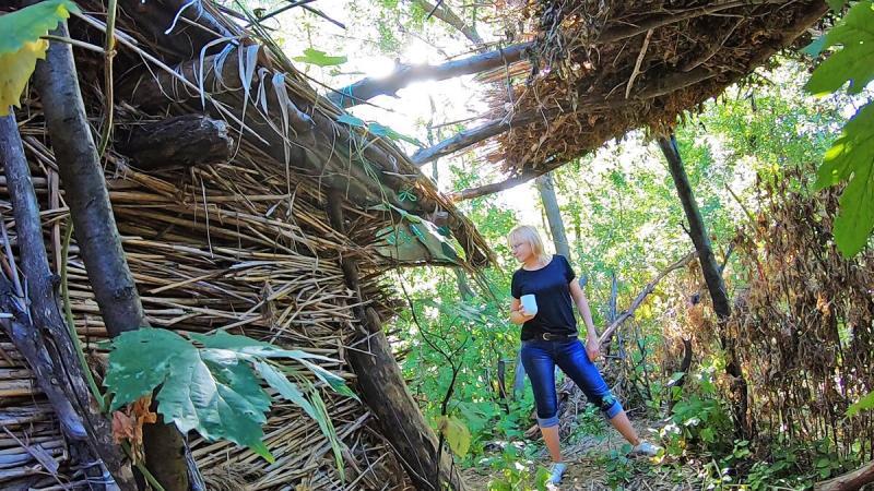 Продолжаю благоустраивать избушку из тростника: летний навес и циновка из осоки