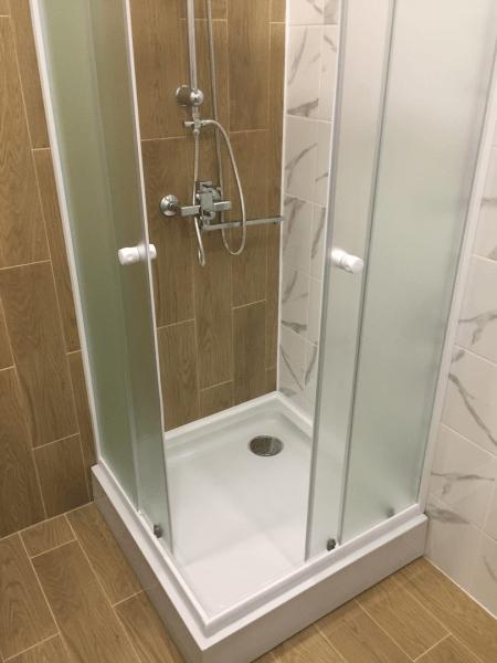 Симпатичная ванная комната со стиралком и большой раковиной всего на 3,5 квадратах