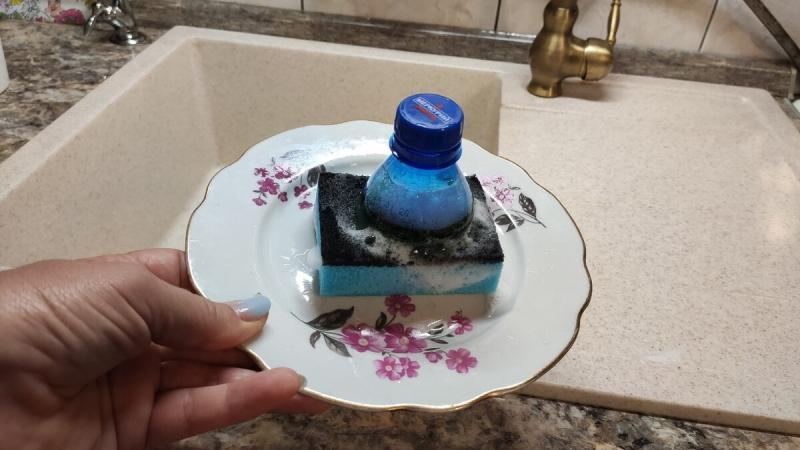 Теперь мытьё посуды стало для меня немного легче. Всё благодаря нехитрой самоделке из бутылки и губки