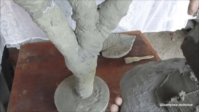 Украсила сад оригинальной поделкой из цемента.