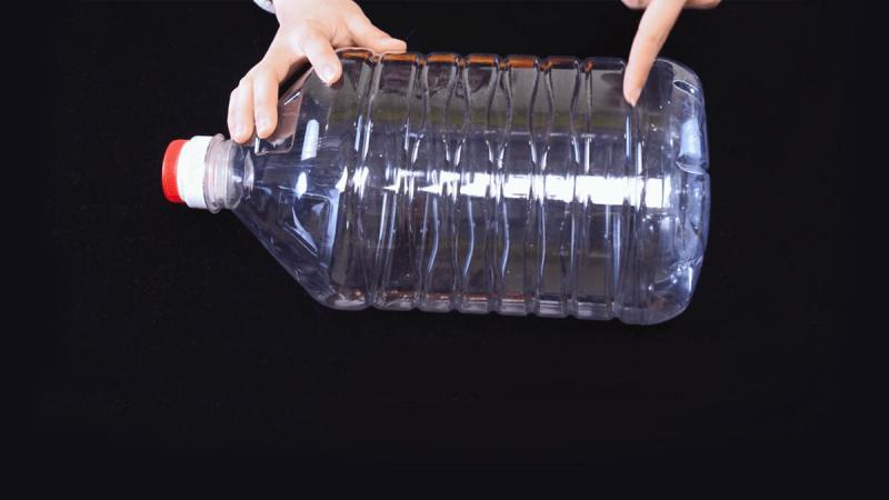 Забавная поделка из 5 литровой бутылки для дачи и сада всего за 1 вечер