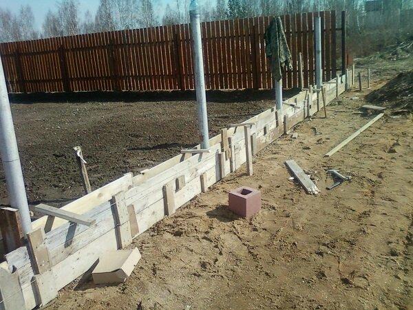Забор из обрезной доски своими руками