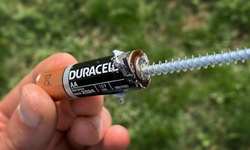 Зачем в батарейке саморез?