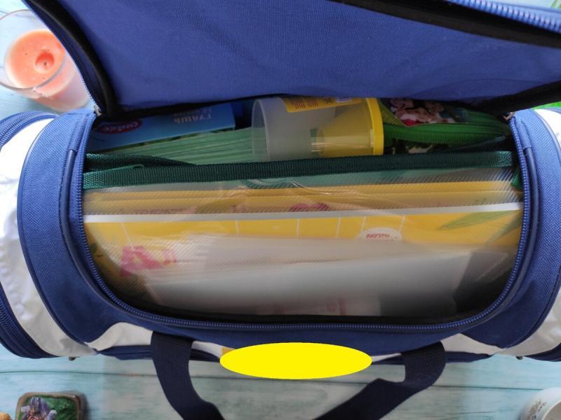 Большая сумка с подарками первокласснику - выдали на работе. Показываю, что внутри