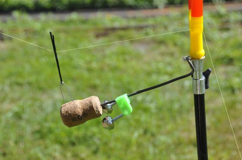 Как быстро сделать сигнализатор поклёвки из винной пробки и подручного материала