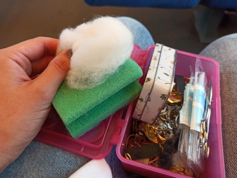 Кусочек шерсти и губка для мытья посуды - мой рукодельный набор для поездки в поезде. Мастер-класс на коленке👌
