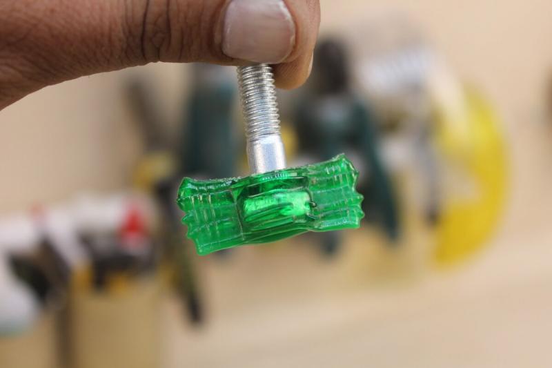 Перед тем, как выкинуть пластиковую бутылку, я всегда срезаю горлышко, чтобы сделать удобные болты в гараж