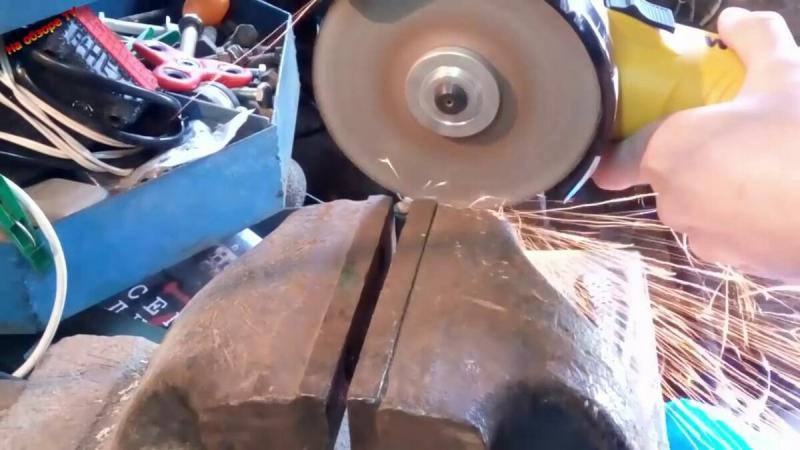 Показываю, куда применил кусок магнита от динамика в мастерской