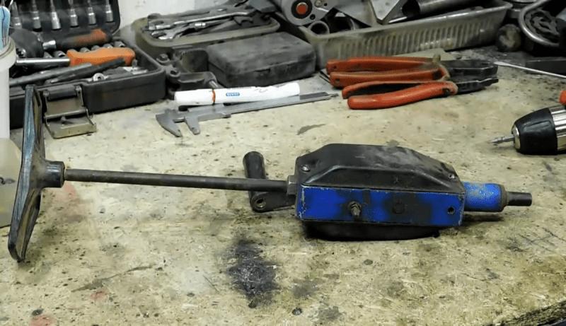 Простейшая полезная самоделка из механической дрели, которая пригодится в хозяйстве и при ремонте автомобиля