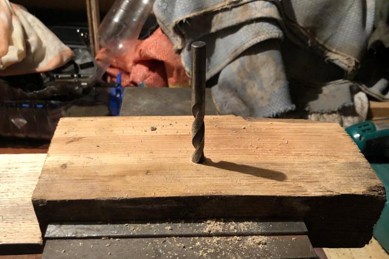 Сделал кондуктор из поршневого пальца. Теперь сверлю строго под прямым углом