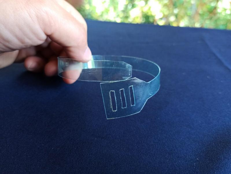 Сосед показал как из простой пластиковой бутылки сделать пластиковые стяжки: впервые увидел такой способ