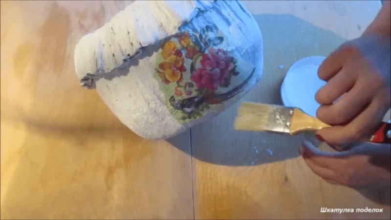 Взяла немного цемента, ненужную ткань и сделала классный вазон для сада.