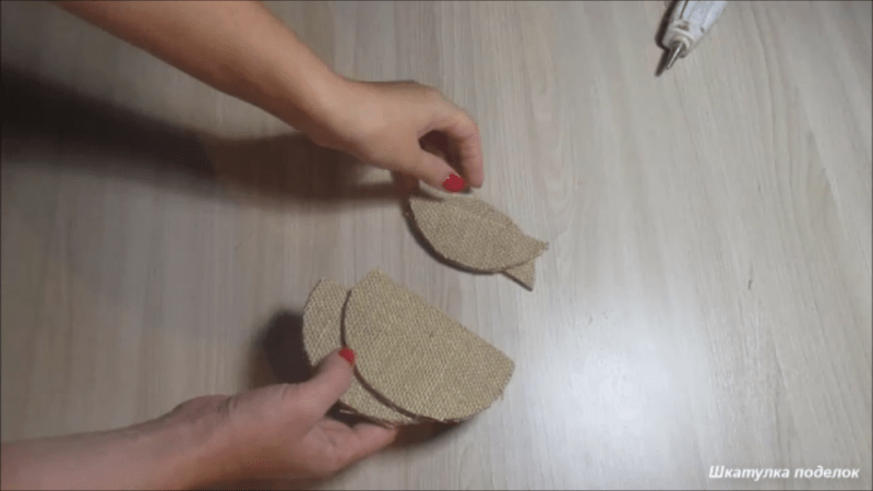 Взяла шпажки немного мешковины и сделала оригинальную шкатулку.