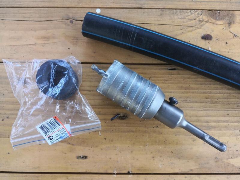 Простой способ герметичного заведения пластиковой водопроводной трубы в колодец