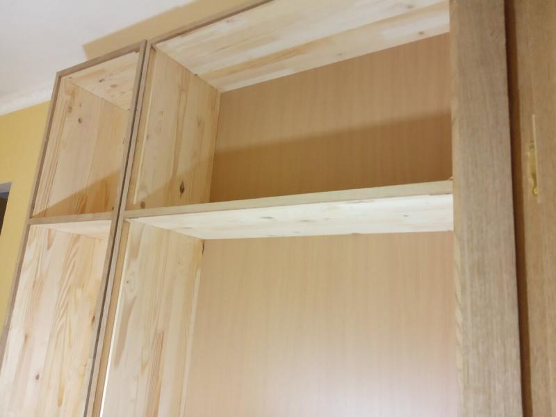 Собрал корпуса шкафов с помощью кондуктора, о котором рассказывал. Вполне пригодный для любительской столярки