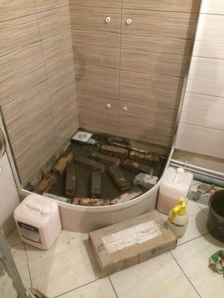 Владелец облагородил маленькую ванную комнату: теперь там есть где повернуться и интерьер радует глаз