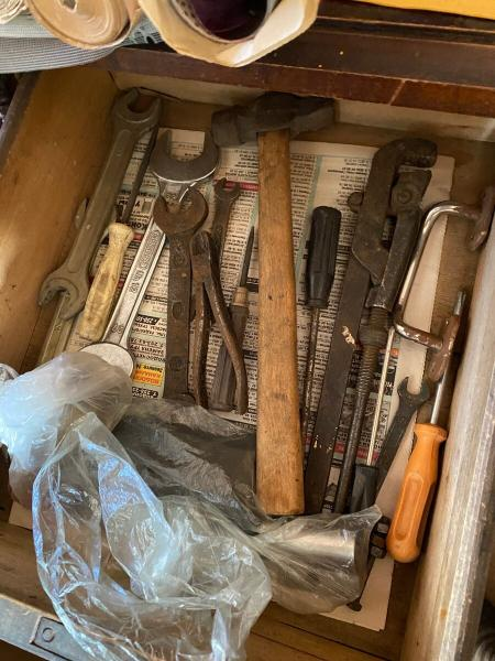 Вскрыл старый сельский комод, бывш?? заперт примерно 30 лет. Показываю, что там снутри.