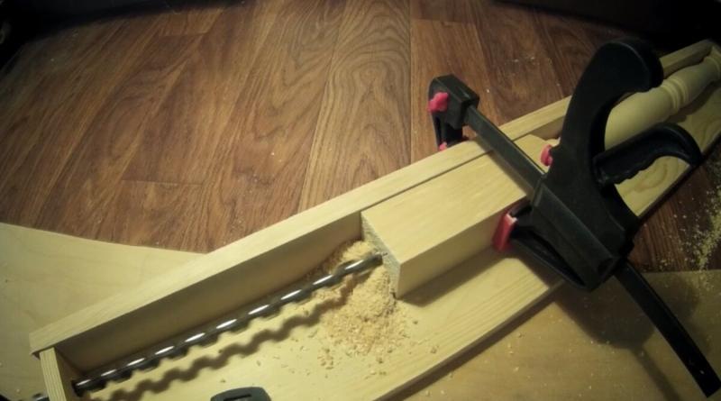 Как просверлить балясину вдоль насквозь с помощью простейшего приспособления.