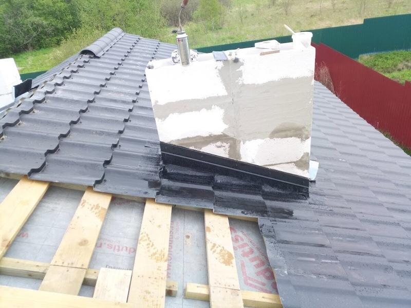 Монтаж крыши из металлочерепицы. Примыкание к трубе.