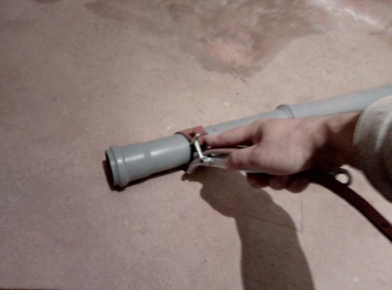 Инструмент автомастера в руках сантехника