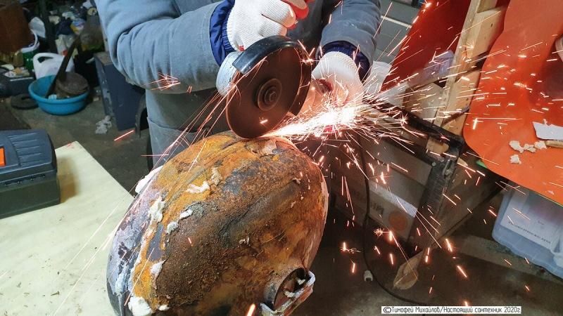 Старый сварщик режет металл болгаркой брызгами от себя. Бригада долго думала почему он так делает. Выяснили, делюсь информацией